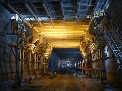 Coffrage outil hydraulique précontraint utilisé pour la réalisation des dalles de ventilation dans une galerie de grande section.